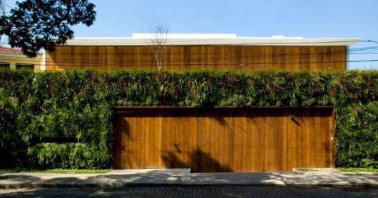 fachada de madeira com plantas