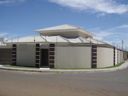 muro de concreto com colunas decoradas