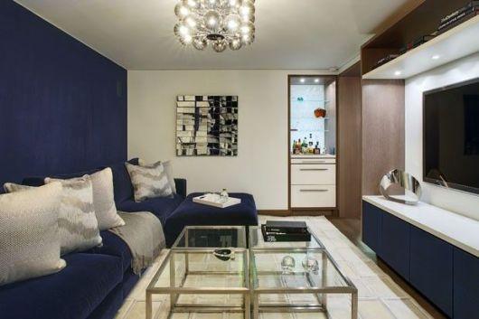mais clássica, essa combinação de azul marinho e branco na sala