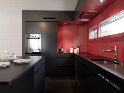 armários preto na cozinha