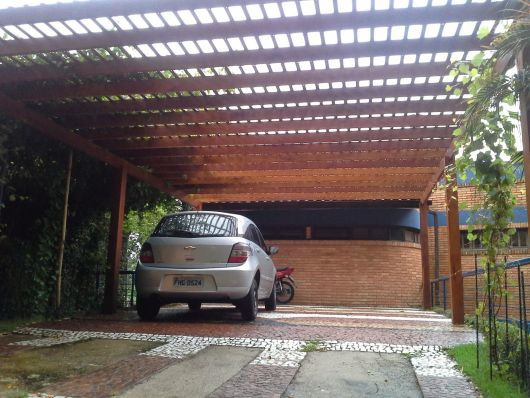 garagem coberta com trepadeira