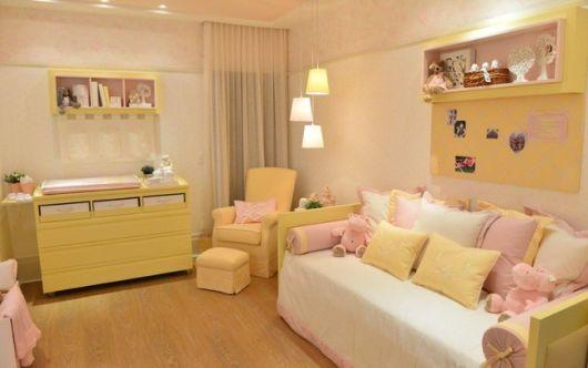 quarto bebê rosa e amarelo