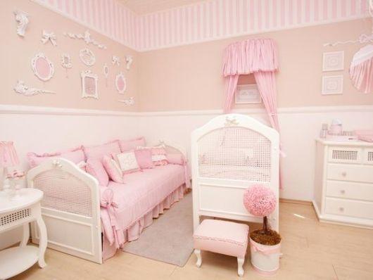 rosa e bege no quarto de bebê