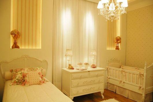 quarto de bebê com cama de apoio