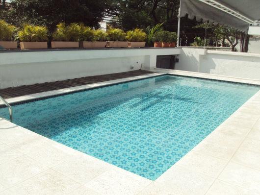 piscina com piso estampado