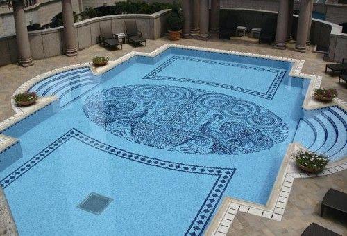 piscina com desenho no fundo