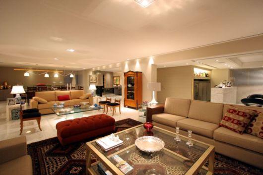 Tapete Sala De Estar Grande ~ sala de televisão é predominante em tonalidades suaves e o