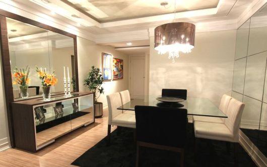 sala de jantar com espelhos