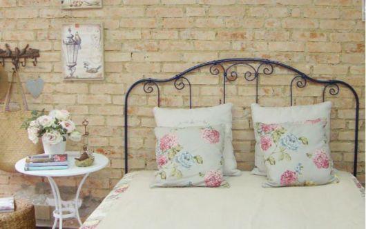 parede de tijolo a vista no quarto
