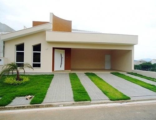 casa com gramado na frente