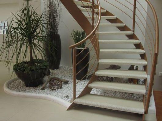 escada jardim embaixo:escada curva foi essencial para planejar o jardinzinho que também