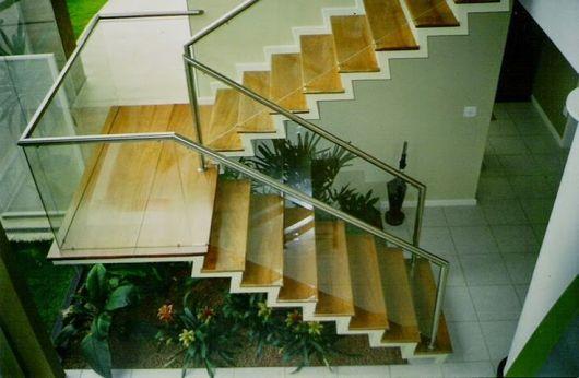 escada de madeira com corrimão de inox
