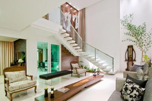 escada jardim embaixo:mesa de centro estendida é ideal para a sala extensa