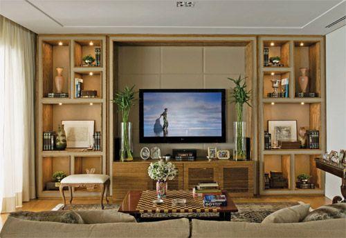Nesse projeto, a estante foi feita nas laterais entre a TV. A