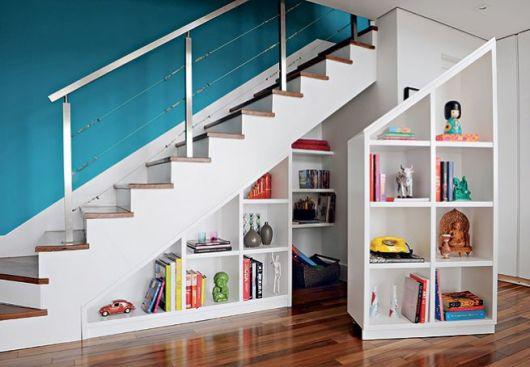 livros no vão da escada