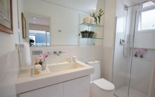 BANHEIRO BRANCO 40 Projetos e Dicas Sensacionais! -> Banheiro Decorado Com Prateleiras De Vidro