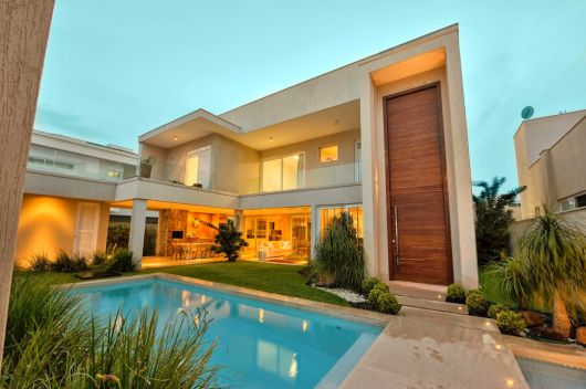 50 casas com piscina projetos dicas e fotos for Frente casa moderna