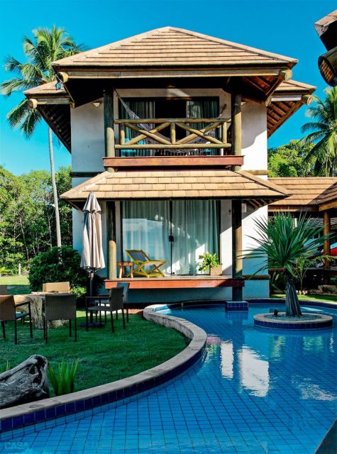 piscina com jardim no meio