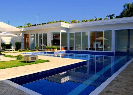 50 casas com piscina projetos dicas e fotos for Casa moderna con piscina