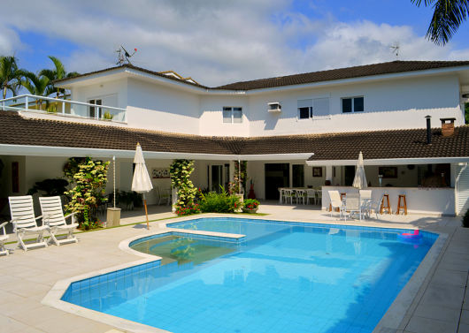 casa sofisticada com telhado visível