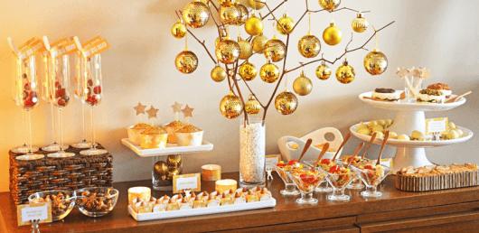 decoracao festa reveillon:Galhos secos funcionam como suporte para as bolas de natal