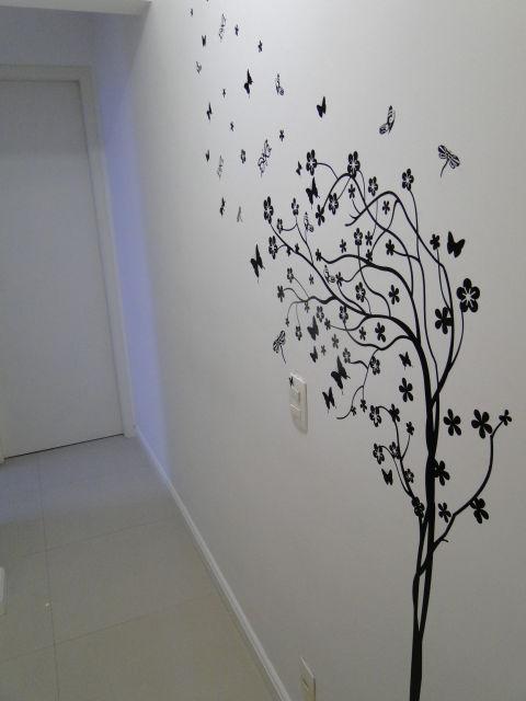 parede branca com adesivo