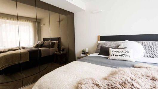 quarto com guarda roupa espelhado