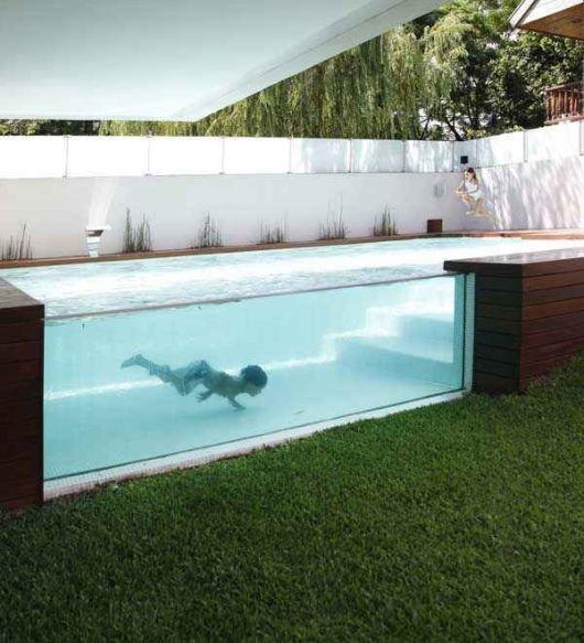 piscina com parede de vidro
