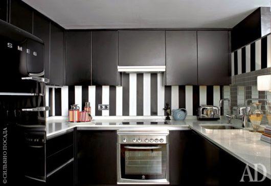cozinha com armário preto