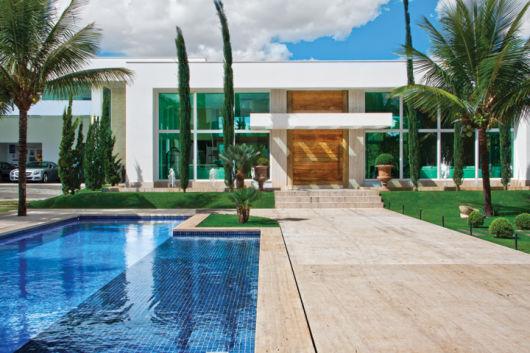 casa com piscina na frente