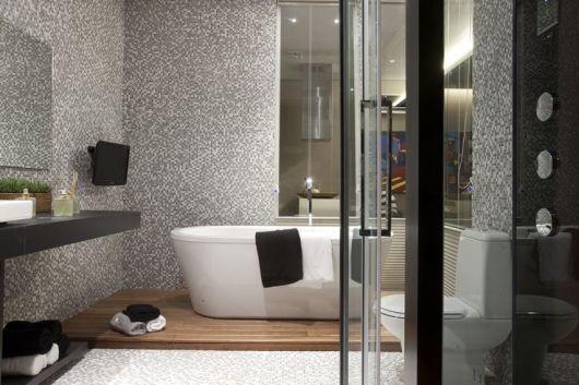 banheiro de pastilha com banheira