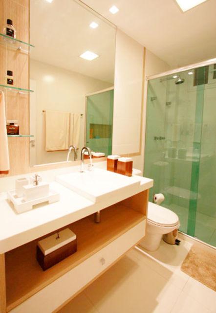 BANHEIRO SIMPLES tipos de acabamentos e como decorar! -> Banheiro Decorado Com Prateleiras De Vidro