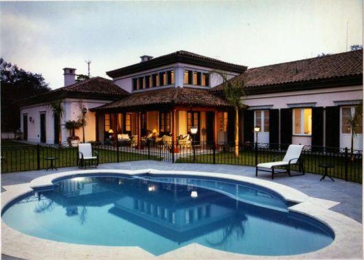 Casas coloniais caracter sticas projetos e fotos for Modelos de piscinas de campo