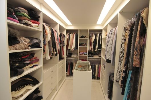 CLOSET PEQUENO dicas de organização e modelos! -> Closet Com Banheiro Integrado Pequeno
