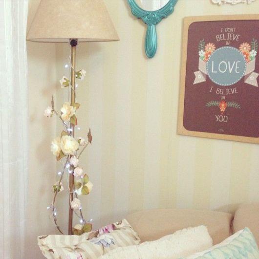 sala com luminária coluna