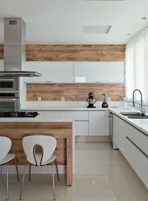 cozinha com armários brancos