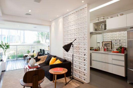 sala e cozinha com divisória de cobogó branca