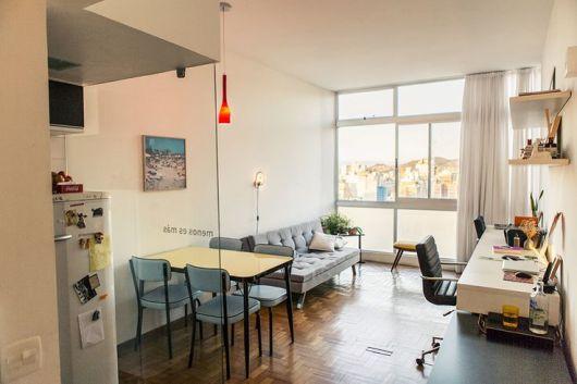 sala retrô e cozinha pequenas separadas por divisória de vidro