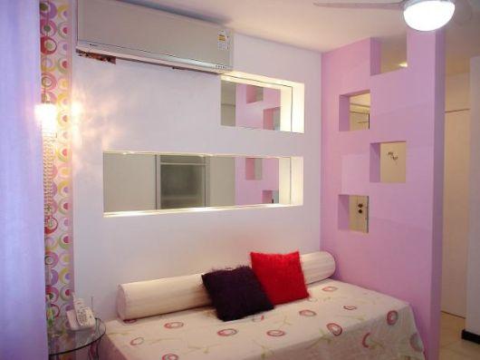quarto feminino com divisória branca e rosa