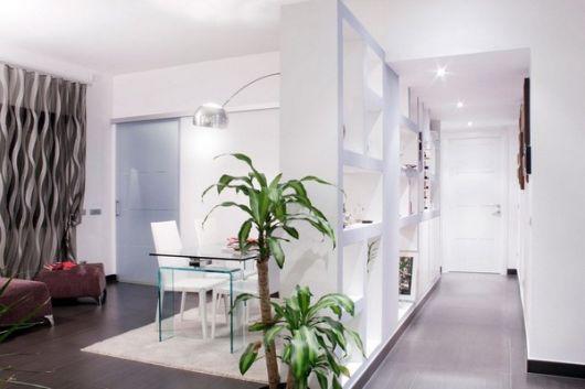 sala e corredor com paredes e divisória brancas