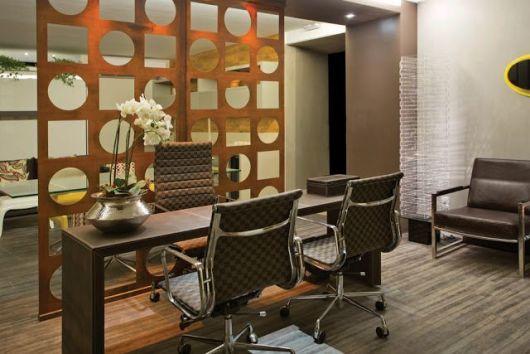 escritório decorado com orquídeas e divisória de MDF
