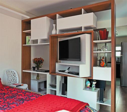 quarto com divisória e painel de TV giratório