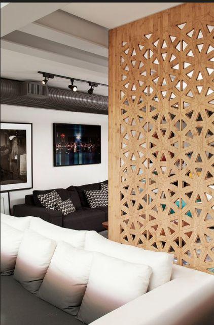 divisória de madeira em ambientes modernos com predominância das cores branco e preto