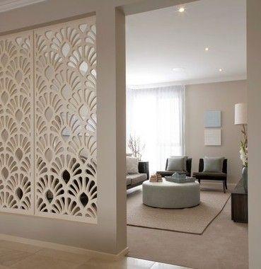 sala de estar com divisória de ambientes bege