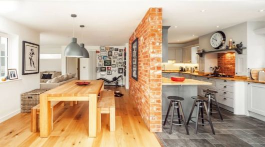 sala e cozinha separadas por uma divisória de tijolinhos