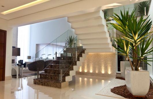 iluminação embaixo escada