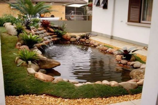 jardim com lago