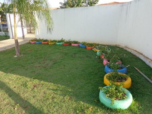 pneu com flores e plantas