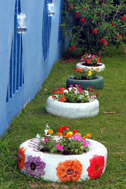 jardim com pneu pintado