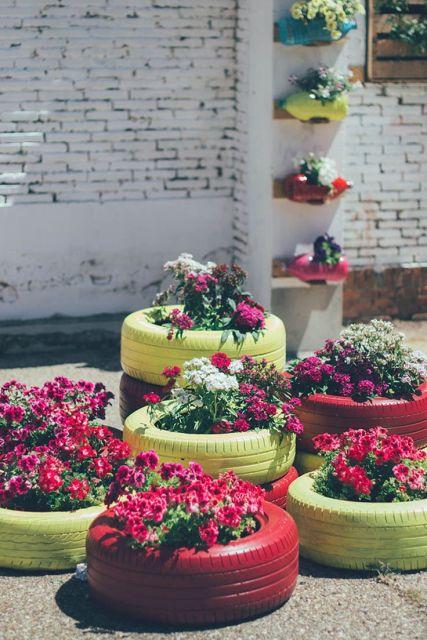 ideias de jardim simples:Na parede, vasinhos feitos com garrafas pet ...